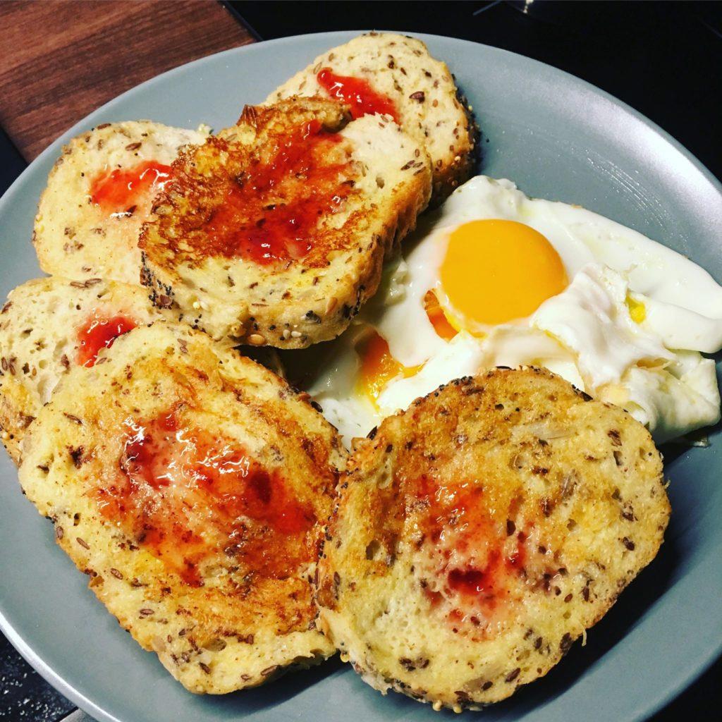 Petit déjeuner Hugo tartines pain maïs